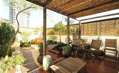 As paredes receberam painéis de bambu, o mesmo material empregado na cobertura da pérgola
