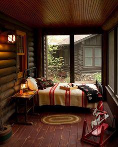 L'esprit rustique est mis en valeur par l'omniprésence du bois dans cette véranda transformée en chambre