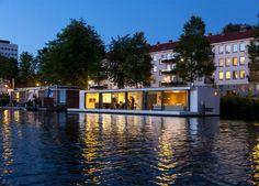 A floating house on Amstel river/ O casa plutitoare pe raul Amstel