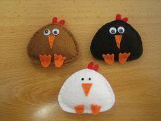 Felt chickens Felt Christmas Ornaments, Christmas Presents, Tree Wedding, Felt Animals, Handicraft, Baby Toys, Sewing Projects, Crafts For Kids, Board Ideas