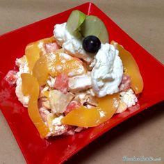 Aprende a preparar ensalada de frutas con queso con esta rica y fácil receta.  Las ensaladas de frutas son ideales tanto para la hora del desayuno como para postre....