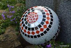 Mosaikkugel rot schwarz spiegel  26 cm von Mosaikkasten  Dekoration für Haus und Garten