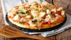 This is exactly everything that you can ever expect. Creamy Buffalo Chicken Pizza Recipe in Edmonton is little spicy from the hot sauce, also cool from the blue cheese. Loaded with Grilled chicken, the hot buffalo dressing, Alfredo sauce, and banana peppers, this one creation becomes the most selling dish throughout the day. Chicken Crust Pizza, Chicken Pizza Recipes, Buffalo Chicken Pizza, Chicken Cauliflower, Cauliflower Crust Pizza, Spicy Sauce, Hot Sauce, Local Pizza, Stuffed Banana Peppers