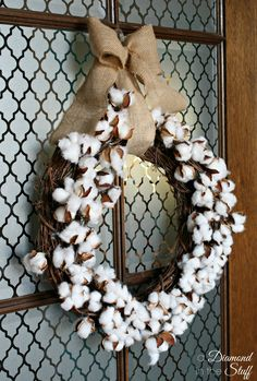 Cotton Boll Wreath {Tutorial} Great way to use these cotton boll sprays: http://www.craftoutlet.com/28-cotton-boll-floral-stem