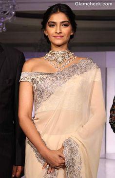 Sonam Kapoor looking fabulous as always #saree #sonamkapoor #indiancelebrity #indian #saree #sarreblouse #indianbridal #sari #goldsaree #silversaree #indianbridaljewellery #indianjewellery