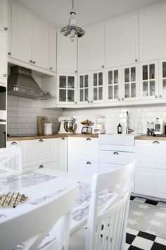 Checked floor + white cabinets + subway tile + farmhouse sink = pretty perfect kitchen