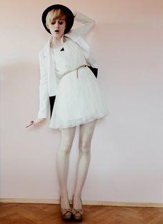 Primark Beige Bow Heels, H White Minidress, H Black Blazer, Vintage Triangle Necklace, Primark Beige Belt, Black Hat, Primark Nude Hearts Tights