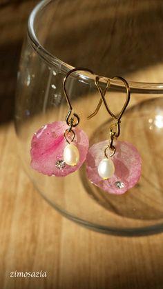 桜(河津桜)の花びらのピアスです桜の花びらを押し花にし、それをていねいに慎重に……、ぷっくりと樹脂コーティングしました。そして、花...|ハンドメイド、手作り、手仕事品の通販・販売・購入ならCreema。