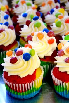 Skittles Cupcakes - Making these for Ke Asa's last day at Fifth Third! She loves candy :) Rainbow Food, Rainbow Cupcakes, Yummy Cupcakes, Kid Cupcakes, Rainbow Baking, Skittles Recipes, Skittles Cake, Cupcake Recipes, Cupcake Cakes