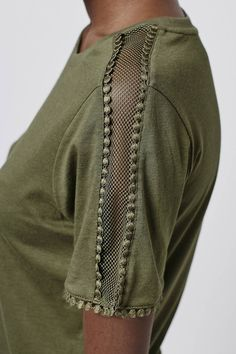 Photo 5 de Pretty Mesh Insert Tee - Detail and Design Kurti Sleeves Design, Sleeves Designs For Dresses, Sleeve Designs, Blouse Designs, Fashion Details, Diy Fashion, Ideias Fashion, Fashion Dresses, Fashion Clothes