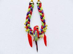 """Collier """"Tropical Parrot"""" aux perles jaunes et plumes rouges."""