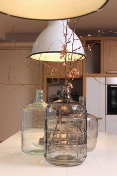 Eigen Huis en Tuin   Praxis. Doorzichtige glazen vazen met een lichte kleur erin verwerkt.