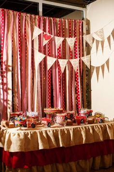 La boda de Kelsey y Jeremy es la boda soñada por cualquier apasionada del handmade. A Kelsey y a su madre les encantan los DIY's y decidieron realizar ellas mismas toda la decoración de la boda. Du...