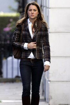 October 27th, 2006 - After almost 2 months went by without Kate being photogprahed, she was captured leaving her flat on this day.