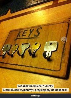 Pomysł na wieszak na klucze - Wieszak na klucze z kluczy. Stare klucze wyginamy i przyklejamy do deseczki.