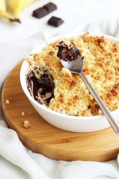 A crumble so greedy with the association of banana and chocolate Banana Crumble, Pie Crumble, Fun Desserts, Dessert Recipes, Petits Desserts, Homemade Butter, Cold Meals, Healthy Dishes, Healthy Food
