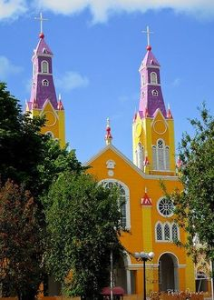 Church in Chiloe, southern Chile / architectural design Christian Church, Christian Art, South American Countries, Chili, Church Architecture, Church Building, Amazing Buildings, Place Of Worship, Chapelle