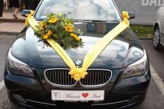 Napraforgós sárga szalagos esküvői autódísz
