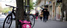 Una bicicleta y una bolsa de entrega con el logotipo de Foodora, una empresa de entrega de alimentos en línea con sede en Berlín, parte de la emergente 'economía de conciertos' se ve en París, Francia, el 6 de abril de 2017. Fotografía tomada el 6 de abril de 2017. REUTERS / Gonzalo Fuentes - RC166096A2C0
