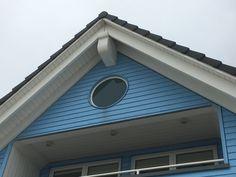 Holzfassade mit blauer Oberfläche