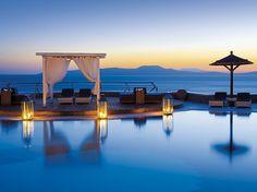 O hotel de luxo Mikonos Grand Hotel & Resort fica na praia de Ayios Yiannis e bem próximo da cidade de Mikonos, na Grécia