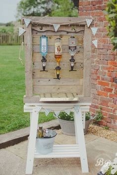 20 Rustic I do BBQ (Barbecue) Wedding Ideas Homemade outdoor bar to keep your wedding guests watered whilst they are enjoying the sunshine. Cheap Backyard Wedding, Backyard Bbq, Large Backyard, Barbecue Wedding, Barbecue Bbq, Homemade Bar, Deco Champetre, I Do Bbq, Wedding Catering