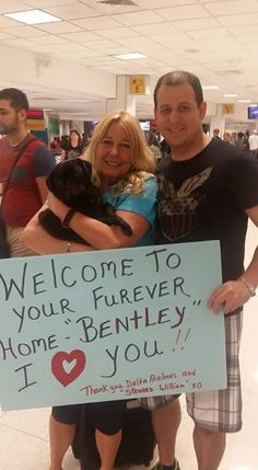 """tudo começou com um filhote de cachorro chamado Buddy Love. Há 4 anos, Erica Staton, comissária de bordo da Delta e co-fundadora do Resgate e Transporte de Animais da Delta (DART, em sua sigla em inglês), recebeu um pedido desesperado de um abrigo de animais resgatados no estado da Flórida. """"Eles perguntaram se eu poderia transportar um filhote de cachorro p/ uma família no estado de Montana utilizando meus benefícios de viagens"""", disse Stanton. """"Se ele não fosse adotado até o dia…"""