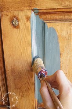 Front Door Refresh with Fusion Mineral Paint and a Giveaway! Front Door Refresh with Fusion: Fusion provides a waterproof finish, you can also use it on exterior projects (i. my front door). Diy Furniture Projects, Cool Diy Projects, Furniture Makeover, Furniture Outlet, Discount Furniture, Diy Painting, Painting On Wood, Painting Woodwork, Furniture Painting Techniques
