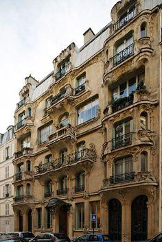 """Immeuble les Arums (1904) 33, rue du Champ de Mars 75007 Paris, Architecte(s) : Octave Raquin, """"L'immeuble aux arums"""" constitue un des plus beaux édifices de l'Art Nouveau parisien. La façade sur rue et le hall d'entrée sont inscrits à l'Inventaire supplémentaire des monuments historiques depuis le 29 novembre 1985."""