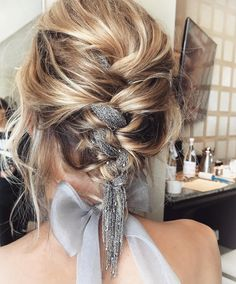 Hair Styles 2018 For this year's SAG Awards, celebrity hairstylist Adir Abergel wove a silver chain into The Crown actress' braided updo. Discovred by : Byrdie Beauty Best Wedding Hairstyles, Pretty Hairstyles, Braided Hairstyles, Braided Updo, Edgy Updo, Bandana Hairstyles, Hairstyle Ideas, Braid Styles, Short Hair Styles