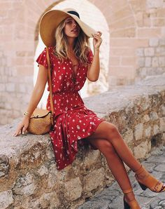 16 Sizzling Hot Red Outfits To Slay In. Tash Oakley wearing printed red wrap dress and basket bag. Summer outfit ideen for teens frauen shorts outfits Casual Chic Outfits, Cute Outfits, Red Outfits, Red Dress Casual, Bright Dress, Casual Shorts, Girls Summer Outfits, Summer Girls, Summer Dresses