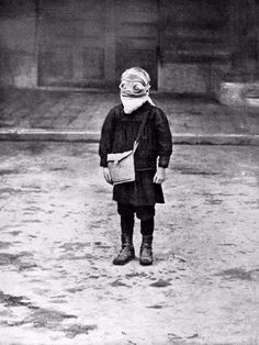 vintage everyday: Harrowing Vintage Photos of Children and Troops in Gas Masks During World War I Halloween Poster, Halloween Photos, Vintage Halloween, Vintage Bizarre, Creepy Vintage, Vintage Photographs, Vintage Photos, Creepy Photos, Dust Bowl