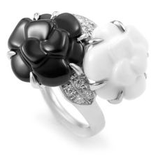 Pre-owned Chanel Camellia 18K White Gold Diamond Agate & Onyx Flower... ($2,650) ❤ liked on Polyvore featuring jewelry, rings, rose flower ring, diamond band ring, white gold rings, white agate ring and band rings