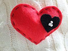 Broche de fieltro corazón rojo con perlitas. #SanValentín #fieltro #artesanal #madeinspain #hechoamano #hanmade #conmiestilopropio #craft #feltcraft #felt