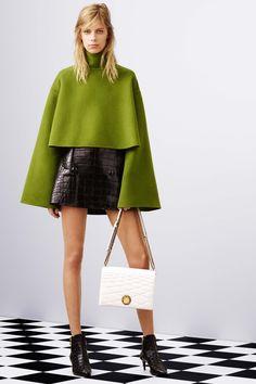 Lindos os looks da Bally para o inverno 2016-2017! Amo a capa verde e o casaco em couro vermelho que eu quero já! Os casacos em pele em P&B também são um luxo ( fake, please! ).. E você, gosta? http://www.buyerandbrand.com.br/bally-inverno-2016-2017/