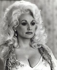 Dolly Parton has the right kind of curves and is a good old country girl, which is why we named one of our tables after her! Beautiful Celebrities, Beautiful Actresses, Beautiful People, Beautiful Women, Country Music Stars, Country Music Singers, Dolly Parton Pictures, Musica Country, Tennessee