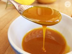 Lo sciroppo alla curcuma e miele è uno sciroppo molto gustoso. La ricetta è molto semplice ma i suoi benefici, come vedremo, sono assai numerosi. Holistic Remedies, Natural Remedies, Healthy Cooking, Healthy Tips, Homemade Wine, Dips, Cooking Time, Natural Health, The Cure