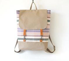 Tela striscia pastello zaino, borsa per portatile con chiusura in cuoio e 2 tasche anteriori, presenti su Frankie, Design by BagyBags