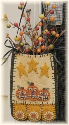 Halloween Cats & Jacks Penny Rug/Penny Pocket by pennylaneprims, $4.50 Penny Rug Patterns, Wool Quilts, Felt Applique, Applique Patterns, Penny Rugs, Felt Crafts, Felted Wool Crafts, Fabric Crafts, Rug Hooking