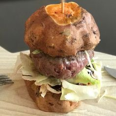 Hovězí burger s bulkou z grilovaného batátu. Pokus o #paleo #burger #paleofood #udelejsisam #foodporn