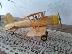 Sallyarte.com: Março 2011. Cardboard Crafts, Wooden Crafts, Wooden Diy, Glow Table, Woodworking Projects, Woodworking Jigs, Wooden Airplane, Wood Plane, Wood Toys Plans