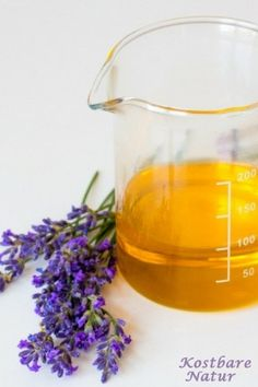 Make sensual and relaxing massage oil with lavender yourself - You can take advantage of the calming effects of lavender in a homemade massage oil. Beauty Care, Diy Beauty, Diy Decorations Tutorial, Lip Care Tips, Pure Cocoa Butter, Handmade Cosmetics, Diy Presents, Lip Plumper, Natural Cosmetics
