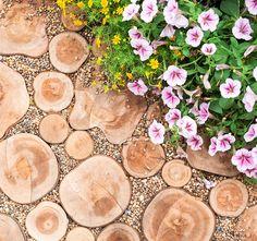En trädgårdsgång behöver inte läggas i sten. Med träkubb får du en gång som är mjuk att gå på och som bara blir vackrare med åren. Här får du tips och råd för hur du enkelt lägger den själv.