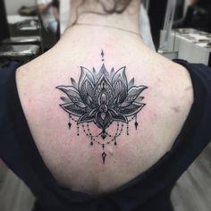 Lotus flower, tatuaggio fiore di loto, fiore di loto mandala, lotus flower tattoo, tattoo by edwin basha, ornamental, ornamentale, black and white tattoo, tatuaggio bianco e nero, dettagli, details, girl tattoo, spine tattoo