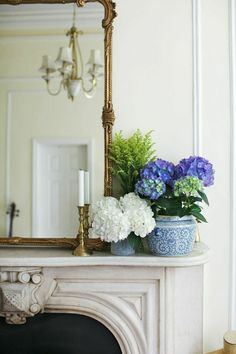 Bright blue and white hydrangeas in antique Chinoiserie make for fresh fireplace mantel styling—especially when paired with a gilded mirror and candlesticks! Mantle Styling, Mantle Piece, Fireplace Mantle, Fireplace Decorations, Mantle Decorating, Simple Fireplace, Decorating Ideas, Traditional Decor, White Decor