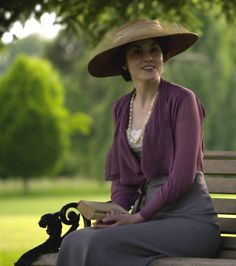 Michelle Dockery reading as Lady Mary in Downton Abbey created by Julian Fellowes. Dockery is best known for her role as Lady Mary Crawley in the ITV drama series Downton Abbey for which she has been nominated for three consecutive Emmy. Lady Mary Crawley, Downton Abbey Costumes, Downton Abbey Fashion, Edwardian Era, Edwardian Fashion, Fashion 1920s, Edwardian Clothing, Victorian, Fashion Goth