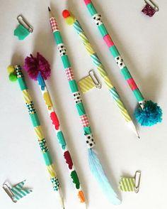 Qué divertido volver al colegio cuando personalizas el material escolar. Es muy sencillo con cinta washi, pompones de lana y podemos decorar lápices o hacer estos chulísimos marcadores de página para la agenda del cole!