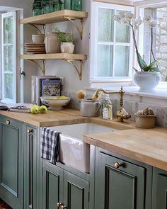 Green Kitchen Cabinets, Kitchen Redo, Home Decor Kitchen, New Kitchen, Kitchen Remodel, Awesome Kitchen, Beautiful Kitchen, Green Country Kitchen, Rustic Kitchen