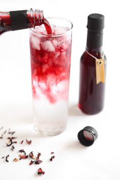 Hibiscus flowers are completely edible and even have health benefits. Here are The 11 Best Hibiscus Flower Recipes we could find – you cannot go wrong with any of these delicious recipes. Non Alcoholic Drinks, Cocktail Drinks, Beverages, Hibiscus Syrup Recipe, Cake Candy, Homemade Syrup, Hibiscus Tea, Hibiscus Flowers, Flower Food