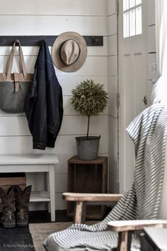 The entryway is a space that connects the entryway and part of the house or living room. The entryway is usually used in large houses, but does not rule out the Rustic Farmhouse, Farmhouse Style, Farmhouse Interior, Country Style, Rustic Wall Hooks, Farmhouse Wall Hooks, Mobile Home Living, Mobile Home Decorating, Entry Way Design